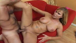 Loira boa em porno grátis fodendo com o primo na sala