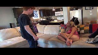 Loira em porno tube metendo na sala de casa com o primo