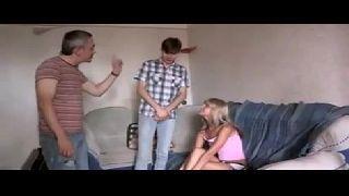 Novinha safada dando para o primo e tio em vídeo pornô