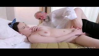 Novinha sexy em videos de porno fodendo com o tio velho