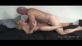Loira do whatsapp porno faz sexo com o tio velho