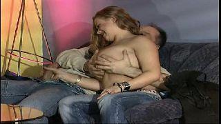 Novinha e pornô gratis fode com o primo na sala