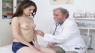 Novinha em filme de porno fazendo sexo com o vovo