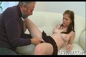Pai comendo a filha branquinha sem camisinha
