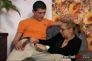 Novinho em sexo com coroas sua avo