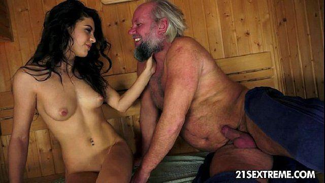 Avô sortudo fodeu a neta na sauna