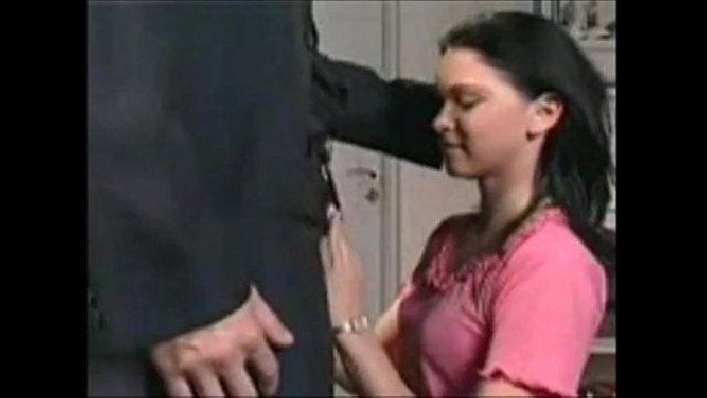 Pai coloca a filha para mamar na piroca