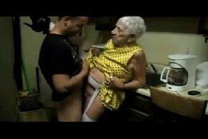 Velha de 90 anos em sex com o neto